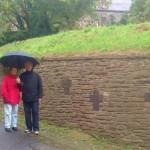 2015_10_10_Kreuze an der Kirchenmauer